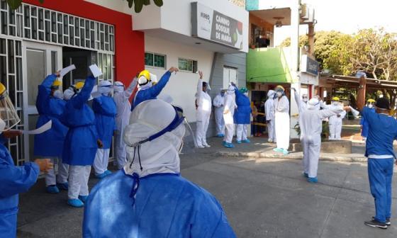 Personal médico participa del plantón a las afueras del Camino Bosque de María.