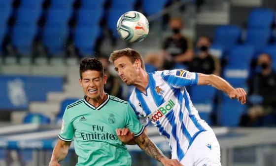 James Rodríguez disputa un balón aéreo con Monreal, de la Real Sociedad.