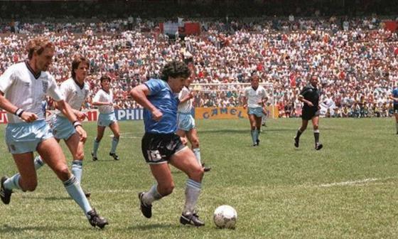 Momento en el que Maradona le convierte el gol a Inglaterra en el Mundial de México 86.