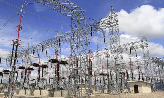 Instalaciones y equipos de una subestación de energía de la compañía ISA.