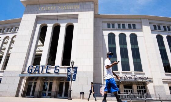 El Yankee Stadium se encuentra cerrado como muchos de los estadios de béisbol en EEUU.