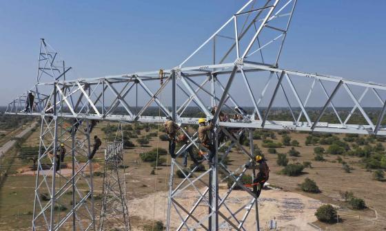 Trabajadores en una torre de alta tensión del sistema de energía.