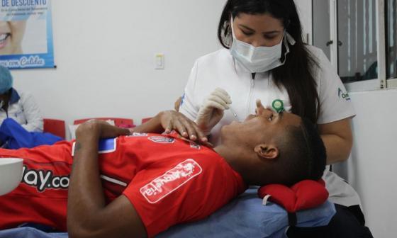Gabriel Fuentes practicándose exámenes médicos al principio de año.