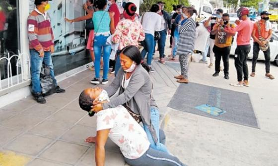 Dos familiares de los heridos trasladados a Bogotá lloran en la puerta de la clínica Bahía de Santa Marta