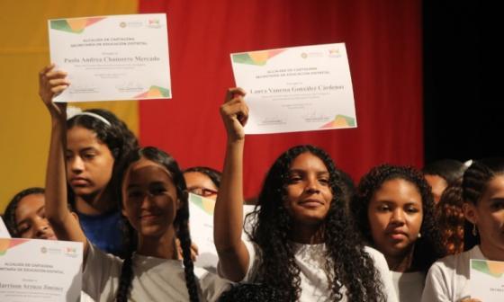 Mónica Andrea Chamorro y Laura Vanessa González, dos de los beneficiados con las Becas Bicentenario de la edición pasada.