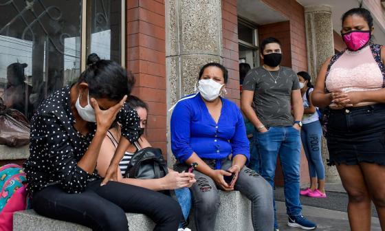 A las afueras de los centros médicos en Barranquilla, familiares esperan noticias de las víctimas de la explosión.