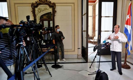 El vicecanciller cubano Rogelio Sierra, ofrece declaraciones a periodistas en La Habana (Cuba).