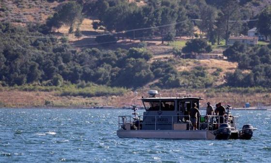 Buzos buscan el cuerpo de la Naya Rivera en el Lago Piru.