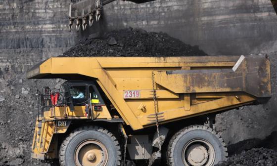 Un camión es cargado con carbón en La Loma.