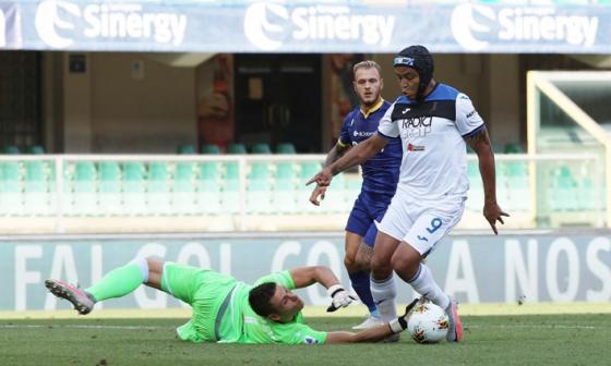 Luis Fernando Muriel jugó ante el Hellas Verona con un protector en la cabeza.