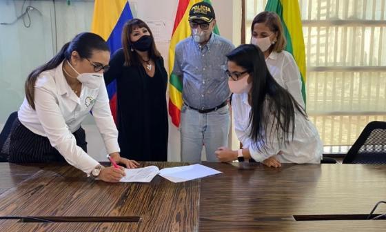 Firma del convenio entre la Alcaldía de Cartagena y el Centro de Pensamiento de  Cartagena y Bolívar.