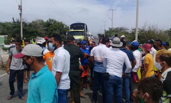 Familiares de las víctimas de Tasajera bloquearon la Troncal del Caribe.