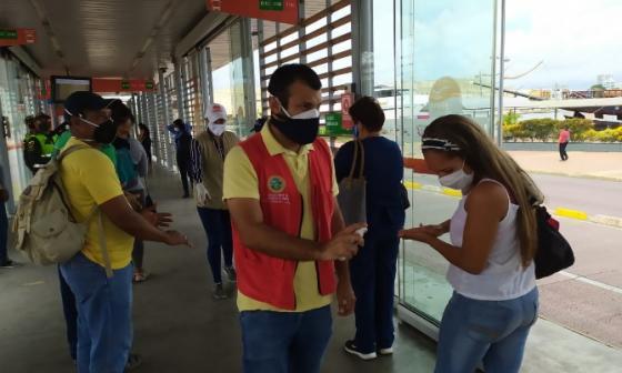 Funcionarios de la Alcaldía de Cartagena realizaron pedagogía sobre la prevención del coronavirus entre usuarios de Transcaribe.