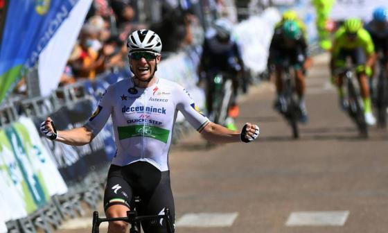 El ciclista irlandés Sam Bennt se impuso en los últimos metros a Arnaud Demare (FDJ) y Giancomo Nizzolo (NTT Pro Cycling).