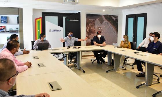 El alcalde Pumarejo reunido con voceros de agremiaciones médicas y EPS.