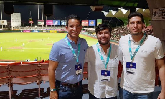 Daniel Trujillo (derecha), gerente de la candidatura de Barranquilla para los Juegos Panamericanos 2027, junto al alcalde Jaime Pumarejo y el Secretario de Deportes del Distrito, Gabriel Berdugo.