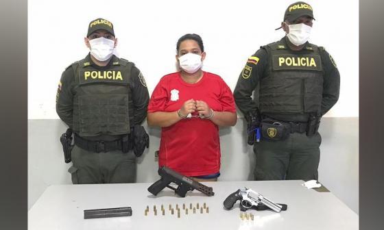 Rosa Linda Gutiérrez, capturada con las dos armas y municiones que le incautaron.
