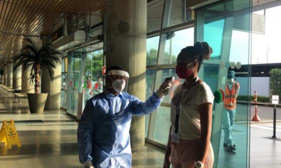 Control a medidas de bioseguridad en el aeropuerto de Cartagena.