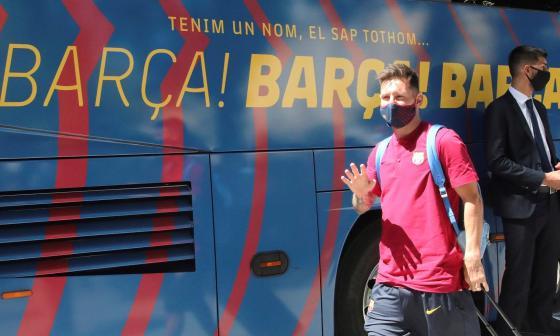 Lionel Messi saluda a su llegada a Lisboa.