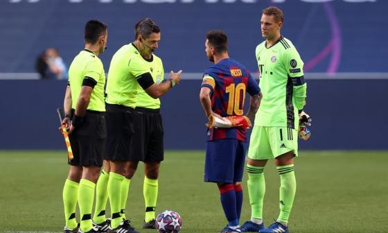 Neuer en la charla de capitanes con el equipo arbitral previo al inicio del juego.
