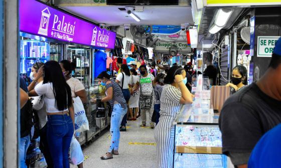 Personas realizan sus compras en un centro comercial ubicado en el Centro de Barranquilla.