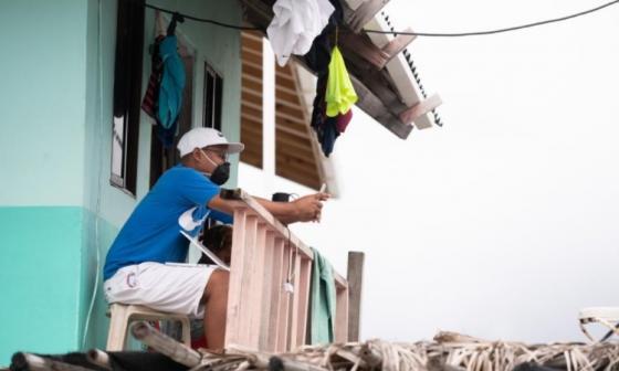 """Edwin Martinez se subió al segundo piso de su casa en Santa Cruz del Islote para acceder a la red. """"Esto cambia la historia de Santa Cruz"""",  aseguró."""