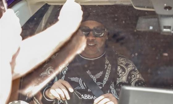 Ronaldinho llega a Río tras pasar seis meses detenido en Asunción