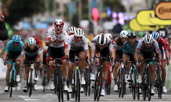 El noruego Alexander Kristoff celebra emocionado luego de imponerse en el 'sprint'.