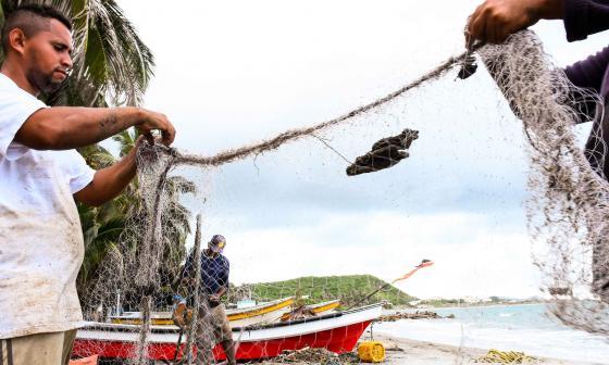 Pescadores del Santa Verónica en el Atlántico revisan y organizan las redes para salir a su jornada de pesca.