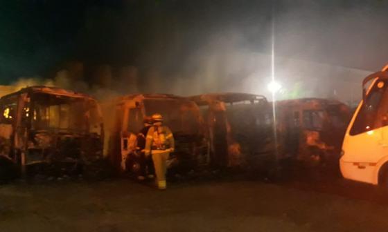 En video | Incendio consumió 19 busetas en un parqueadero en Malambo