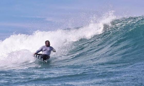 Sí se puede surfear: Alcaldía de Cartagena al campeón mundial Fredy Marimón
