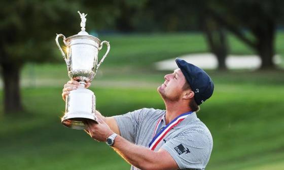 El golfista estadounidense Bryson DeChambeau con el trofeo de campeón.