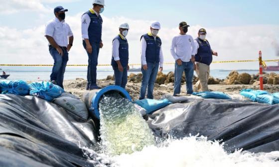El gobernador Vicente Blel y el alcalde William Dau en el inicio de los trabajos de oxigenación en El Laguito.