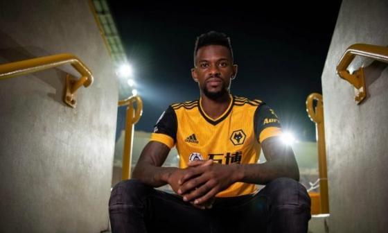 Semedo posa con la camiseta de su nuevo club, el Wolverhampton de Inglaterra.