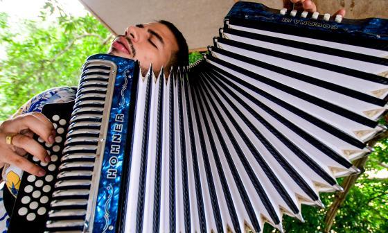 Juan Sajona, el 'pollo' currambero que quiere reinar en el Festival