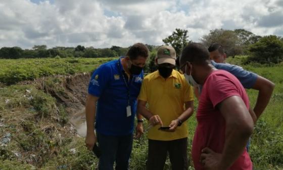 El director de Cardique, Angelo Bacci Hernández, durante su visita a varios arroyos de poblaciones de Bolívar.