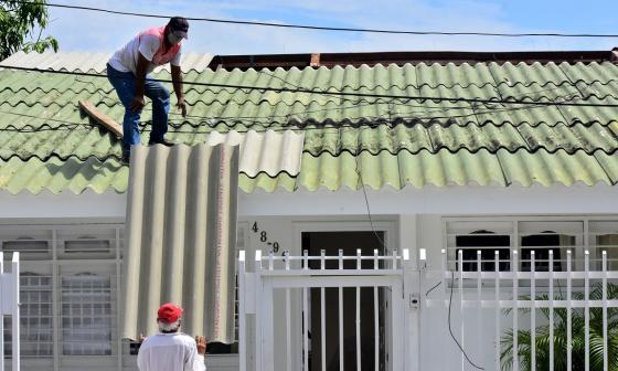 Una de las familias afectadas por el fuerte aguacero del domingo comenzó la reparación de su vivienda.