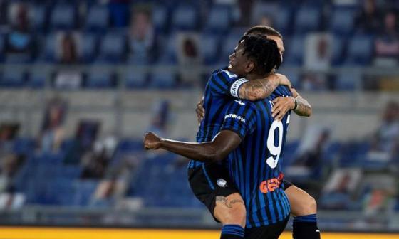 Alejandro 'Papu' Gómez celebrando con Duván Zapata su segundo gol en la victoria 4-1 sobre Lazio.