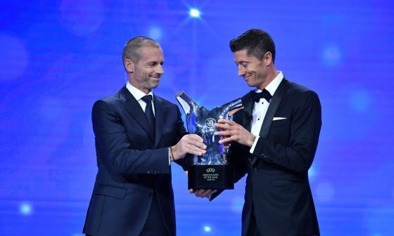 Robert Lewandowski recibiendo uno de sus premios.