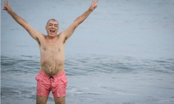 """""""La playa es de todos"""", gritó emocionado el alcalde William Dau al reabrir Playa Azul, en Cartagena."""