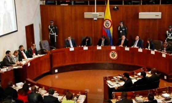 Corte seguirá estudiando el lunes cómo investigar a Uribe