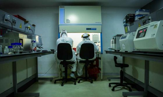 Así es la peligrosa y hermética vida en un laboratorio de pruebas Covid
