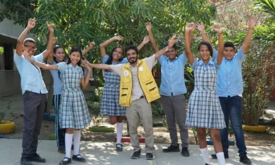 Grupo de estudiantes del proyecto Bio-Titanes liderado por el profesor Gustavo Martínez.