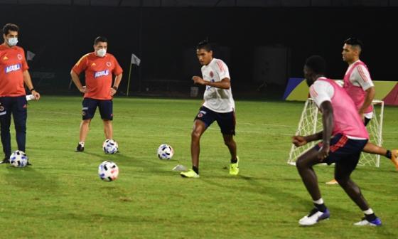 Gabriel Fuentes en la práctica del martes junto a Falcao García y Dávinson Sánchez.