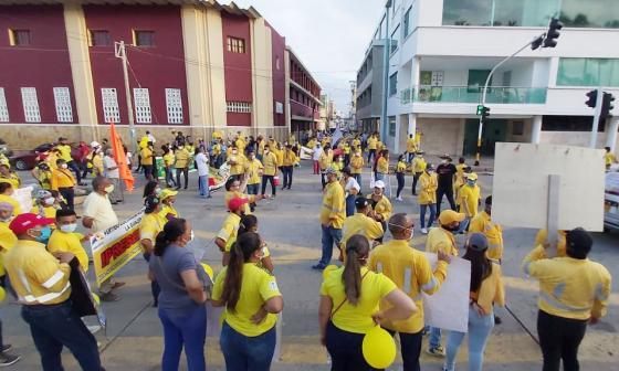 Los trabajadores marcharon con sus familias.