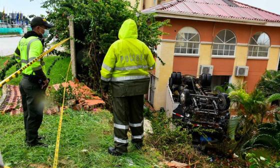 Camión choca contra vivienda de un conjunto residencial en el norte