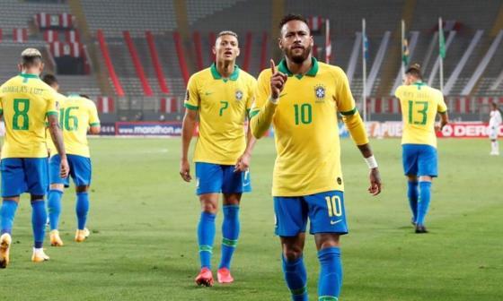 Neymar anotó tres goles en el triunfo ante Perú, en Lima.