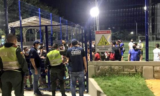 Las autoridades sancionaron a las personas que estaban en la cancha.