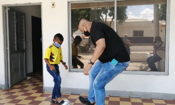 José Barliza y su sobrino Israel Barliza, el niño narrador de fútbol, juegan con una pelota.