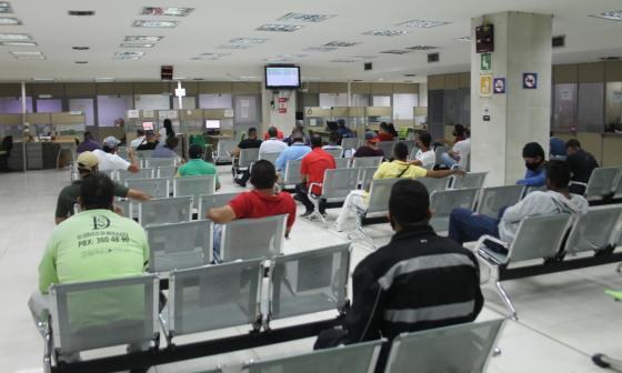 Un grupo de ciudadanos espera ser atendido en la sede Americano del Tránsito.